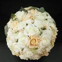 BB-Betty barck-fehér csokor, Esküvő, Esküvői csokor, Virágkötés, Ekrü hatású ez a törtfehér és barackszínű rózsából kötött csokor.A kiegészítő gyöngyök is színharmó..., Meska