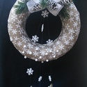 Hó,hó,hópehely ajtó,lakás dísz, Dekoráció, Karácsonyi, adventi apróságok, Otthon, lakberendezés, Mindenmás, Virágkötés, 25 cm karikát borítottam be hópelyhes mintájú dekoranyaggal. Kerestem hozzá hópelyhes mintájú szala..., Meska