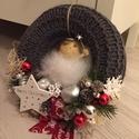 Angyalkás szürke kötött ajtódísz piros díszítéssel, Dekoráció, Karácsonyi, adventi apróságok, Ünnepi dekoráció, Karácsonyi dekoráció, Virágkötés, 20 cm-es vesszőalapot szürke kötött anyaggal vontam be, majd piros Merry Christmas feliratú szalagg..., Meska