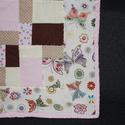 Rózsaszín patchwork babatakaró, Baba-mama-gyerek, Gyerekszoba, Falvéd?, takaró, Varrás, Patchwork, foltvarrás, Vidám pillangós babatakaró. A fed?lap patchwork technikával készült, a hátoldala egyszín? rózsaszín..., Meska