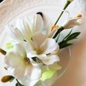White hajdisz, Baba-mama-gyerek, Esküvő, Baba-mama kellék, Hajdísz, ruhadísz, Virágkötés, Porcelán kollekcióm darabja ez a dísz is, melyet apró fehér virágokból kötöttem leheletnyi zöld árn..., Meska