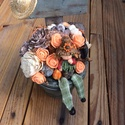 Őszi asztaldísz, Baba-mama-gyerek, Dekoráció, Otthon, lakberendezés, Ünnepi dekoráció, Virágkötés, Fa ládában virágok között üldögélő kislány és szalmakalap dekoráció. Egy igazán kedves egyedi őszi ..., Meska