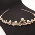 Helena tiara, Esküvő, Ékszer, óra, Hajdísz, ruhadísz, Ékszerkészítés, Menyasszonyi tiara törtfehér és púderrózsaszín üvegtekla, csiszolt gyöngyök és ezüstözött ékszerdró..., Meska