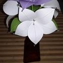 Piros-fehér papír virágcsokor, Dekoráció, Esküvő, Ünnepi dekoráció, Esküvői csokor, Mindenmás, Virágkötés, Papírból és drótból készült virágokból állítottam össze a csokrot. 3 db fehér és 1 db lila virágból..., Meska