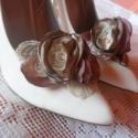 Vintage hangulatú cipőklipsz, Ékszer, óra, Ruha, divat, cipő, Bross, kitűző, Cipő, papucs, Varrás, Mályva és homokszínű szaténból,bézs csipkéből és  gyöngyökből készült ez a finom kis cipőklipsz.Iga..., Meska