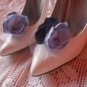 Esküvői cipőklipsz, Ékszer, óra, Ruha, divat, cipő, Bross, kitűző, Cipő, papucs, Menyasszonyi ruha, Cipő, cipőklipsz, Varrás, Kétféle kékből: acélkék és babakék találkozásából készült ez az esküvői cipőklipsz. A szaténszirmok ..., Meska