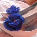 Királykék cipőklipsz, Ékszer, óra, Ruha, divat, cipő, Bross, kitűző, Cipő, papucs, Menyasszonyi ruha, Cipő, cipőklipsz, Varrás, Királykék szaténból készült ez az esküvői cipőklipsz. A szaténszirmok közepét egy csillogó kő díszít..., Meska
