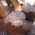 Csipkés esküvői cipőklipsz, Ékszer, óra, Ruha, divat, cipő, Bross, kitűző, Cipő, papucs, Menyasszonyi ruha, Cipő, cipőklipsz, Varrás, Csipke és tüll talkozásából készült ez az esküvői cipőklipsz. A csipkeszirmok közepét fehér gyöngyö..., Meska