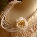 Bézs-fehér romantikus textil nyaklánc, Ékszer, óra, Nyaklánc, Varrás, Fehér és bézs pamut anyagból, valamint horgolt csipkéből és gyöngyökből készült ez a dögös textilny..., Meska