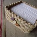 Papírzsebkendő tartó - kicsi, Dekoráció, Otthon, lakberendezés, Tárolóeszköz, Fonás (csuhé, gyékény, stb.), Fél csomag papírzsebkendő tárolására alkalmas dobozka, amelyet kukoricacsuhéból sodrok és különböző..., Meska