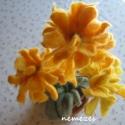 nemez virág asztaldísz, Dekoráció, Otthon, lakberendezés, Kaspó, virágtartó, váza, korsó, cserép, Ünnepi dekoráció, Nemezelés, Finom szalag gyapjúból nemezeltem a virágokat. Öt különböző szín teszi lehetővé a szép nap színt. A..., Meska