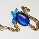 Fénylő kék karlánc - üveglencsével, szatén masnival, Ékszer, óra, Karkötő, A karláncot fénylő kék medál ékesíti, melynek mérete 20 x 18 mm. Színben hozzá illő szaténmasnit tet..., Meska