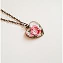 Vintage virágos bronz medál - nyakláncon, Ékszer, óra, Medál, Nyaklánc, Szivecske formájú alapban, üveglencse alatt gyönyörű virág bújt meg.  A medál magassága 26 mm. A lán..., Meska