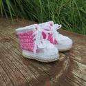 Farmerhatású rózsaszín babacipő koraszülött babának (12-13 méret), Baba-mama-gyerek, Ruha, divat, cipő, Cipő, papucs, Horgolás, Divatos, vagány farmerhatású horgolt tornacipő. Színei:drapp színű talp, fehér szegély és cipőfűző,..., Meska