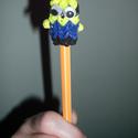 Minyon ceruzadísz, Baba-mama-gyerek, Játék, Gyerekszoba, Baba játék, Horgolás, Csomózás, Kézzel készített ceruzavégre húzható Minyon (Minion), hatalmas, mozgó szemmel. Színes gumiból készü..., Meska
