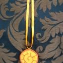 Napocskás vagy csigás nyaklánc, ki mit lát benne :), Ékszer, óra, Nyaklánc, Ékszerkészítés, Hímzés, Világosabb narancs színű filcből, sötétebb narancs fonallal hímezve készítettem ezt a nyarat idéző ..., Meska