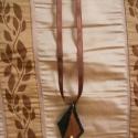 Rombusz alakú barna-fekete filc nyaklánc, világos fagyönggyel, Ékszer, óra, Nyaklánc, Hímzés, Ékszerkészítés, Barna és fekete filc anyagból készítettem ezt a nyakláncot, a két darabot pedig fekete fonallal var..., Meska