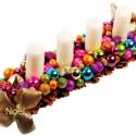 New York adventi/ karácsonyi asztaldísz , Karácsonyi, adventi apróságok, Karácsonyi dekoráció, Mindenmás, Virágkötés, Toboz alapra készült vidám, színes karácsonyi asztaldísz. 80-120 db fényes, glitteres, matt gömbökk..., Meska