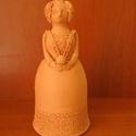 Női figura (G), Dekoráció, Dísz, Kerámia, Korongozott, 980 °C fokon égetett, mázatlan női figura. Magassága 13,8 cm., Meska