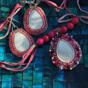 Rózsaszín gyöngyhímzett kagylós nyaklánc és fülbevaló, Ékszer, óra, Ékszerszett, Gyöngyfűzés, Ékszerkészítés, A nyaklánc hossza 30 cm.  6 db Csodaszép ciklámen jade kő díszíti a láncot, a medálon a fehér kagyl..., Meska