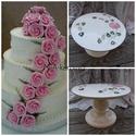 Rózsás-csipkés kerámia tortatál, Dekoráció, Esküvő, Konyhafelszerelés, Otthon, lakberendezés, Kerámia, Festett tárgyak,  Fehér agyagból készítettem ezt a tortatálat. Rózsa szálakkal festettem körbe. Az alja rátét díszít..., Meska