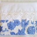 Romantikus piperetáska kék virágokkal, Táska, Neszesszer, Pénztárca, tok, tárca, Varrás, Fehér alapon kék virágos valamint fehér szövetből készült. Elejét madeira csipke és szatén masni dí..., Meska
