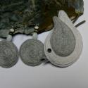 KItűző/ fülbevaló garnitúra- a természetes anyagok kedvelőinek, Ékszer, óra, Bross, kitűző, Fülbevaló, Hímzés, Varrás,  Vastagfilcre, kenderzsinór körbe- körbe öltögetésével készült a madárkitűző és a fülbevaló a szürk..., Meska
