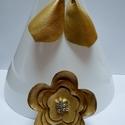 Arany színű fülbevaló- kitűző garnitúra valódi bőrből, Ékszer, óra, Bross, kitűző, Fülbevaló, Ékszerkészítés, Arany színű bőrből készült a garnitúra. A virág alakú bross közepébe üveg gyöngyöket öltögettem. A ..., Meska