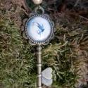 Tündérvilág kulcsa, Ékszer, óra, Medál, Nyaklánc, Ékszerkészítés, Fémmegmunkálás, Vintage stílusú antikolt bronz nyaklánc, krémszínű háttér előtt egy vidáman és kecsesen szökellő tü..., Meska
