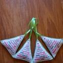 Filc háromszög dekoráció , Dekoráció, Karácsonyi, adventi apróságok, Ünnepi dekoráció, Ajándékkísérő, képeslap, Karácsonyi dekoráció, Varrás, Kézzel varrt filc karácsonyi dekoráció, flízzel töltve.  KB 9x9 cm. A Hátulja zöld filc. Szeretette..., Meska