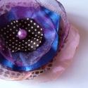 Színes, lilás bross, Ékszer, óra, Ruha, divat, cipő, Bross, kitűző, Ékszerkészítés, Varrás, Lilás, pöttyös és egy kis kék. Szép színekből,gönyörű   szirmokból készült virágkitűző. Egyedi, boh..., Meska