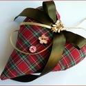 Karácsonyi,szövet szív dekoráció, Otthon, lakberendezés, Karácsonyi, adventi apróságok, Dekoráció, Karácsonyi dekoráció, Patchwork, foltvarrás, Varrás, Karácsonyi gombos szív dekoráció! Ajándék, szoba, ajtó, ablakdísz, ajándékkísérő. Nagyon szép, hang..., Meska