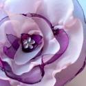 Fodros, lilás habrózsa, Ékszer, óra, Ruha, divat, cipő, Bross, kitűző, Ékszerkészítés, Varrás, A lilás és rózsaszín szirmokból készült virág kitűző, gyöngy díszítést kapott.  Méretei:10cm  Felteh..., Meska