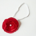 Piros Rózsa Babapánt, Ruha, divat, cipő, Baba-mama-gyerek, Hajbavaló, Varrás, Szatén fényű rózsa, közepén fehér gyönggyel. Egyszerű gumis pánton rögzítve.  A gumipánt szépen a b..., Meska
