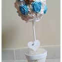 Rózsafa asztaldísz, tartós virág, textilvirág, csokor, Esküvő, Otthon, lakberendezés, Esküvői dekoráció, Kaspó, virágtartó, váza, korsó, cserép, Varrás, Virágkötés, 40cm magas gömbfa, kis cserépben.  32db rózsa alkotja. Csipke, gyöngy az egyéb kiegészítője.  Aszta..., Meska