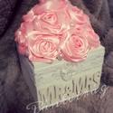 Rózsa dobozban, textilvirág, asztaldísz, Esküvő, Esküvői dekoráció, Virágkötés, Ékszerkészítés, Csodás rózsák kis dobozkán.  A doboz mérete: 11*11*8cm ...plusz a virágok.  Rendelhető más színű vi..., Meska