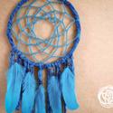 Álomcsapda - Kékóra - Kék színű álomfogó textilekkel és madártollakkal, Dekoráció, Mindenmás, Baba-mama-gyerek, Dísz, Csipkekészítés, Álomcsapda - Kékóra  Kék színű álomfogó textilekkel és madártollakkal  22 cm átmérőjű kék színű álo..., Meska
