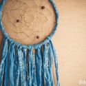 Álomcsapda - Virágkék - Kék színű álomfogó textilekkel és apró prizmákkal, Dekoráció, Mindenmás, Baba-mama-gyerek, Dísz, Csipkekészítés, Álomcsapda - Virágkék  Kék színű álomfogó textilekkel és apró prizmákkal  20 cm átmérőjű kék színű ..., Meska