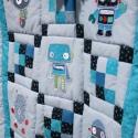 kockás patchwork babatakaró robotokkal, Baba-mama-gyerek, Otthon, lakberendezés, Gyerekszoba, Falvédő, takaró, Varrás, Patchwork, foltvarrás, A takarószett nagyon jó minőségű, magyar illetve amerikai pamutvászon anyagból készül.   Anyaga 100%..., Meska