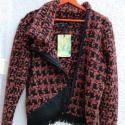 Trendi, bordós-narancs tyúkláb mintás pulóver, Ruha, divat, cipő, Női ruha, Felsőrész, póló, Varrás, Kötés, Tyúkláb mintás, vastag, sréh cipzáros, kámzsás pulóver. Az elejének alján fekete aszimetrikus geó b..., Meska