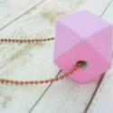Rózsaszín - nyaklánc, Ékszer, óra, Nyaklánc, Festett tárgyak, Ékszerkészítés, A fa hedron alakzatokat saját kezűleg festettem, és a színt is magam kevertem ki hozzá.  Felhasznál..., Meska