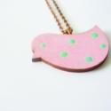 Rózsaszín zöld pöttyös madár - nyaklánc, Ékszer, óra, Nyaklánc, Ékszerkészítés, A madarat akrilfestékkel festettem le.  Felhasznál anyagok: - lézervágott fa madár                 ..., Meska