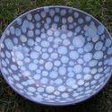 Pöttyös kerámia tányér, Dekoráció, Képzőművészet , Konyhafelszerelés, Otthon, lakberendezés, Festett tárgyak, Kerámia, Kb 25 cm átmérőjű kerámia tányér.  Kézzel festett, szürke alapon kék-zöld mintákkal.  Lehet belőle ..., Meska
