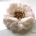 Bross, fehér arany horgolt virág kitűző százszorszép kamilla bross gyöngyhímzett, Ékszer, óra, Ruha, divat, cipő, Esküvő, Bross, kitűző, Horgolás, Gyöngyfűzés, Csillogó közepű, fehér horgolt virág kitűzőt készítettem. A virág közepe flitterekkel, gyöngyökkel ..., Meska