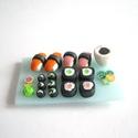 Sushi hűtőmágnes ékszergyurmából, Konyhafelszerelés, Hűtőmágnes, Gyurma, Sushi-imádóknak szuper ajándék ez a különleges hűtőmágnes. Aprólékos munkával készült, vízálló és k..., Meska
