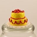 Miniatűr esküvői torta, piros virágokkal babaházba, Baba-mama-gyerek, Játék, Gyerekszoba, Baba, babaház, Gyurma, Szobrászat, Kétszintes, mini, lakodalmi torta vörös rózsákkal és ici-pici, aranyszínű gyöngyökkel, fényesre lak..., Meska