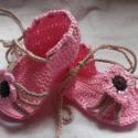 Horgolt Baba szandi, Baba-mama-gyerek, Ruha, divat, cipő, Baba-mama kellék, Cipő, papucs, Horgolás,  Horgolt rózsaszínű baba szanda,kis  virággal díszítve.Alkalmas babakocsi cipőnek, fotózáshoz,keres..., Meska