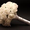 Fehér swarovski-s menyasszonyi csokor kitűzővel, Esküvő, Esküvői csokor, Virágkötés, A menyasszonyi csokor fehér habrózsából készült, minden rózsát egy-egy swarovski kristály díszít. Á..., Meska