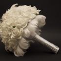 Tollas fehér menyasszonyi csokor kitűzővel, Esküvő, Esküvői csokor, Virágkötés, A hófehér tollas örök menyasszonyi csokor egy romantikus stílust képvisel. A csokor fehér glitteres..., Meska