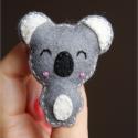 Vidám koala kitűző, Ékszer, óra, Konyhafelszerelés, Bross, kitűző, Hűtőmágnes, Varrás, Mérete: 6x5 cm  Kérheted kulcstartó és mágnesként is!  xxxxxxxxxxxxxxxxxxxxxxxxxxxxxxxxxxx  A filce..., Meska